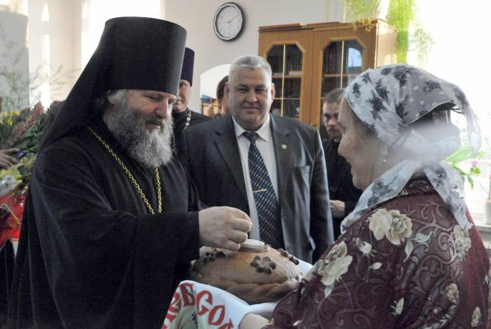 Глава Ханты-Мансийского района Петр Захаров поздравил епископа Павла с первым юбилеем епархии